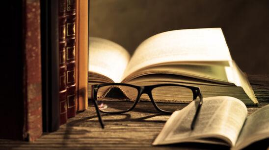stemningsbillede bøger på et bord