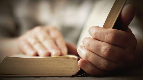 Hænder på bog