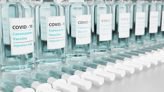 Covid-19 vacciner stillet op på række