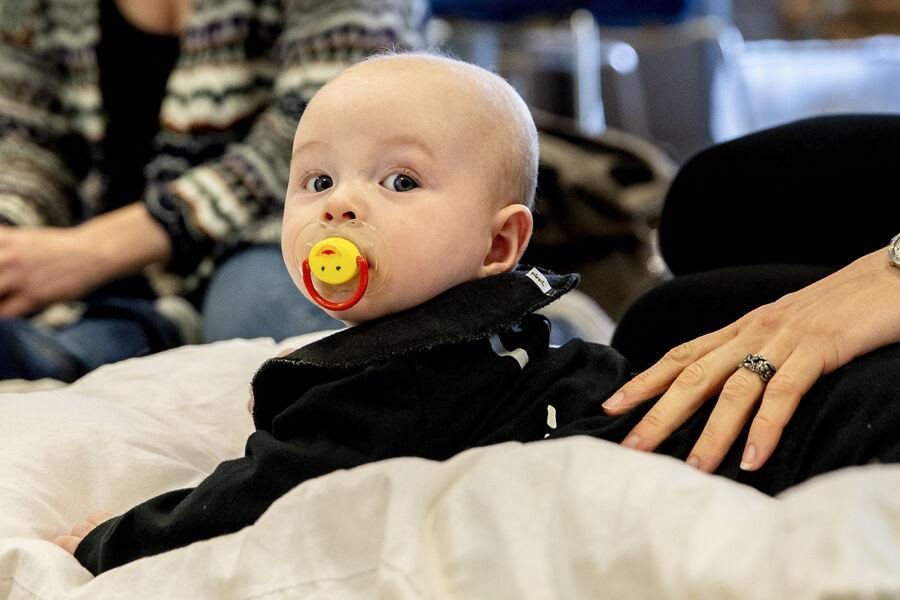 Baby med sut