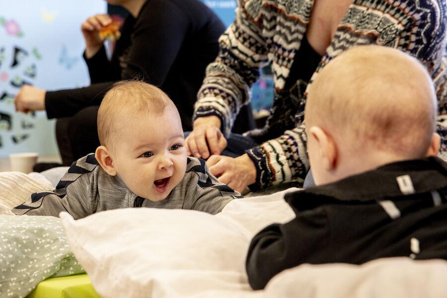 Sammen med Sundhedsplejen holder biblioteket åbent hus for dig og din baby en gang om måneden