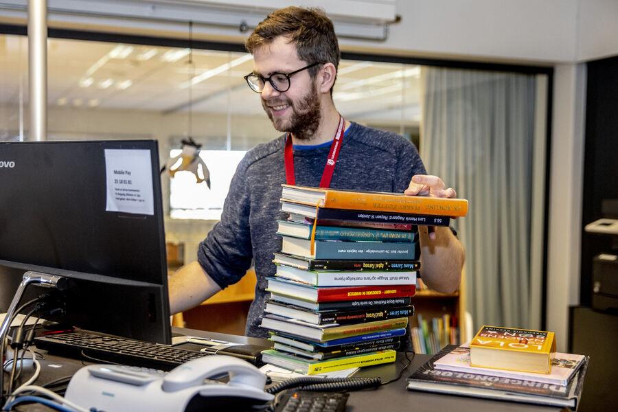 Mandag den 18. maj må bibliotekerne åbne for udlån og aflevering igen. Guldborgsund-bibliotekerne starter allerede torsdag den 14. maj med at åbne op for muligheden for at reservere materialer på hjemmesiden.