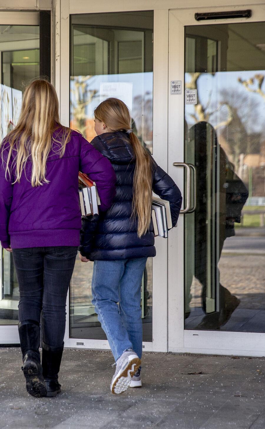 piger på vej på biblioteket