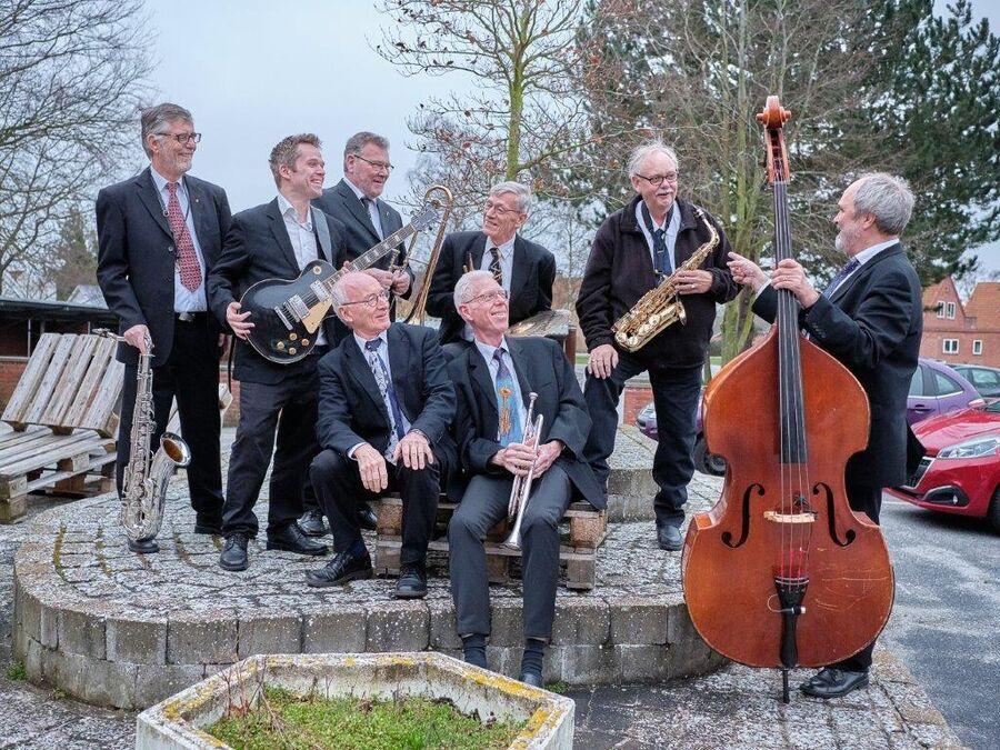 Lyt til det lokale band JazzOnklerne, når de giver koncert på Friluftsscenen