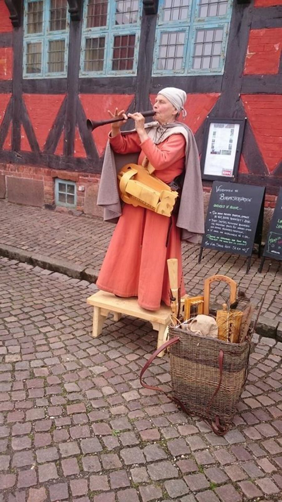 Instrumentmagerens kone spiller musik