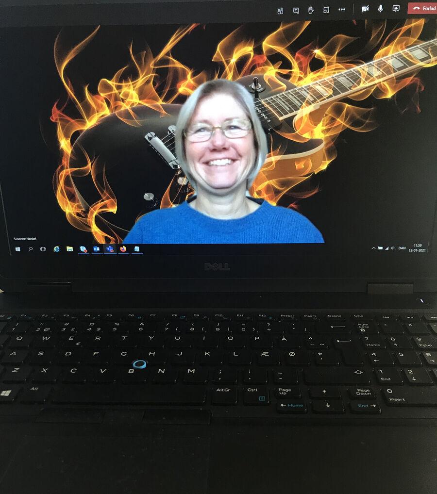 Kvinde på skærm med rockguitar i baggrunden