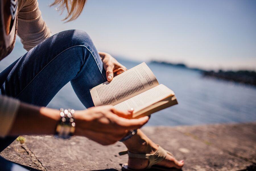 Kvinde der læser udenfor